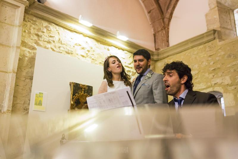 novios cantan en el altar