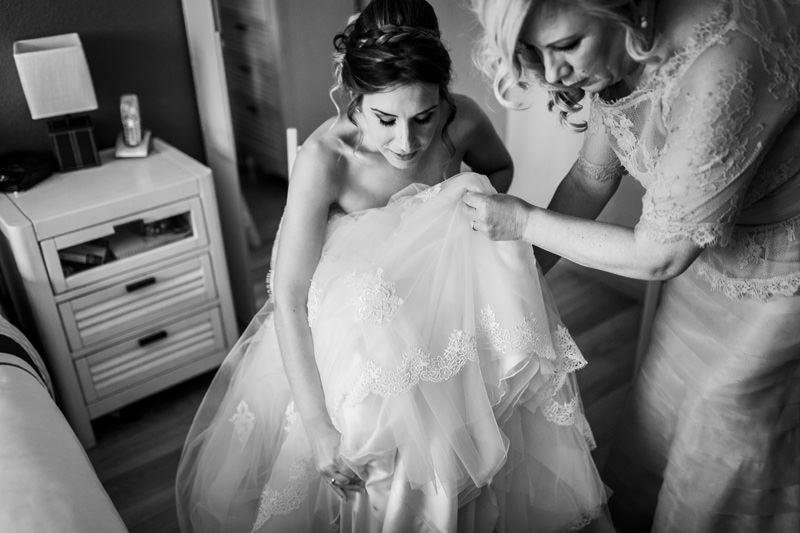 novia se pone el vestido