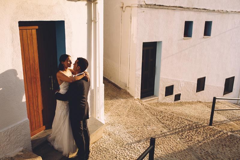 callejones de peñiscola y pareja novios