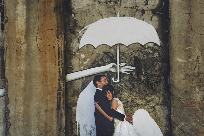 novios bajo un paraguas pintado