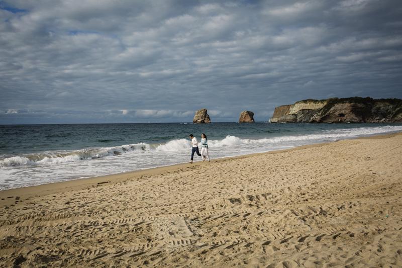 novios corriendo por la playa de hendaya