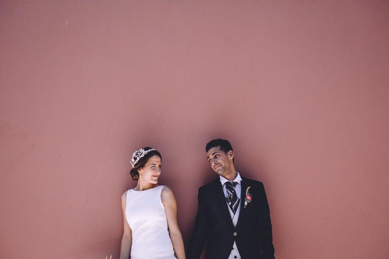 retrato de novios sobre fondo rosa