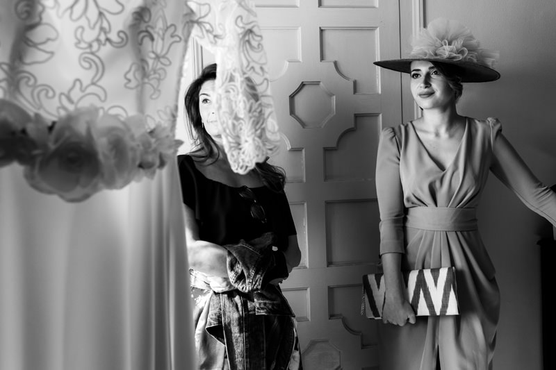 amiga de novia mira el vestido