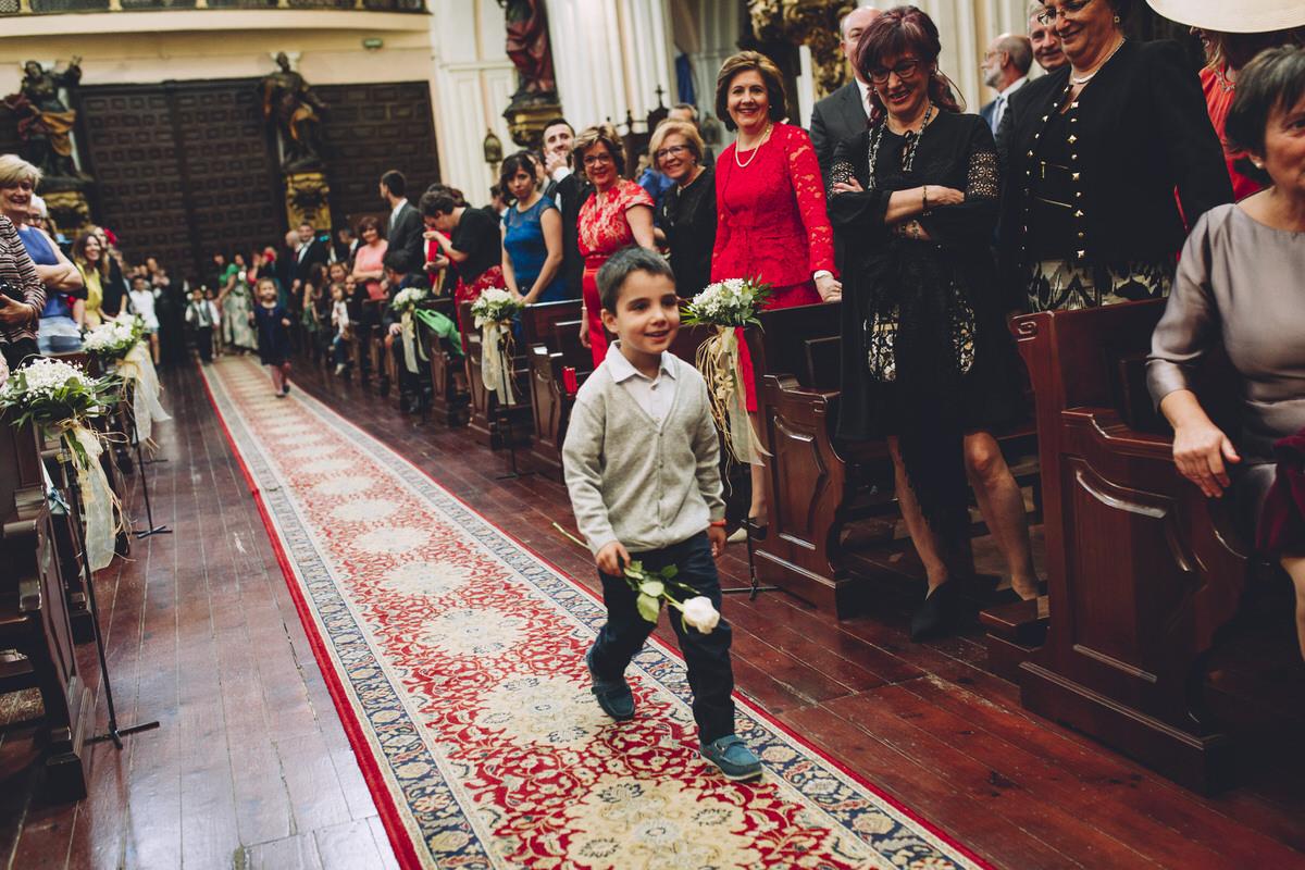 alumnos de la novia entregando rosa